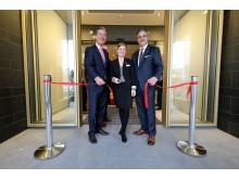 Investor Patrick Fahrenkamp, Direktorin Carolin Böttcher und Europachef der Adina Hotels Georgios Ganitis bei der feierlichen Eröffnung des Adina Apartment Hotels Leipzig