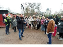 """Thorsten Wolf ist mit den Besuchern auf den Spuren von """"Tierärztin Dr. Mertens"""" - Foto: Isabell Gradinger"""