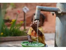 Angelo från Madagaskar leker med rent vatten