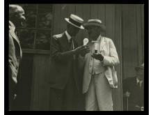 Henry Ford och Thomas Edison tillsammans 1929, vid en invigning vid Edison Institute. Glödlampan som Edison gav Ford i present finns fortfarande kvar i museets ägo.