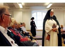 Förskollärare Lisa Fogby som nunna från 1300-talet.