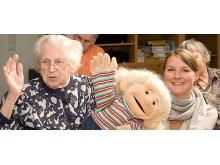 Cochlear Weihnachtsspende für hörgeschädigte Senioren – Bewohnerin und Mitarbeiterin des Altenheims für Gehörlose in Hamburg