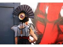 Kopfteil des 'Geisha' Kleides bestehend aus einem Fächer, einer Schallplatte und einer Keksverpackung