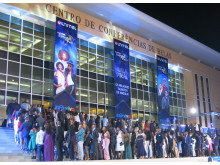 "Schlange stehen vor dem Centro de Conferências de Belas in Angolas Haupt-stadt Luanda: Hier findet gleich das Finale der Casting Show ""Unitel Estrelas ao Palco 2018"" statt"