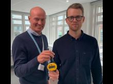 VA SYD tar steget över till smarta vattenmätare och IoT-kommunikation. Här visar Magnus Johanssson, Dahl, och Simon Granath, projektledare på VA SYD upp innovationen.
