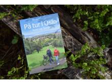 """OSLOFERIE: """"På tur i Oslo"""" inneholder 52 forslag til fot- og sykkelturer i Oslo og langs byens nærmeste kystlinje. Eget kart med inntegnet rute for hver tur."""