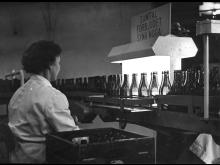 Flaskorna kontrolleras på bryggeriet i Gnesta omkring 1960