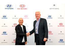 Albert Biermann, President and Head of Research and Development Division for Kia & Hyundai og Denis Sverdlov, Chief Executive Officer hos Arrival, signerte avtalen med en investering på 100 millioner euro.
