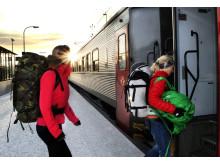 Resenärer kliver på SJ nattåg