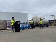 Melissa Hanesworth, Vice President North American Facturing und Senator Steve Womack vor der Fort Smith Distillery in Arkansas. Dort produziert Pernod Ricard USA Tausende Gallonen Handdesinfektionsmittel, die gespendet und verteilt werden.