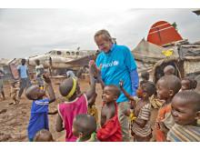 Norwegianin toimitusjohtaja Björn Kjos lasten kanssa Keski-Afrikan tasavallassa