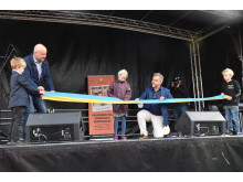 Elev och Niklas Wikström (L) klipper invigningsbandet