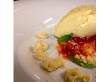 Dessert från Linnéa och Peter. Sparrisglass med rabarbersylt, inkokt sparris och krossade drömmar