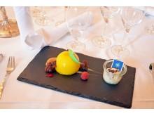 Das Dessert, bestehend aus Exoticmousse mit Schokoladen-Kokos-Kern und weißem Cremeeis mit brasilianischem Kaffee