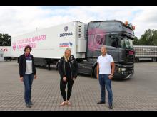 Christina Scheib, Mitte, nimmt Kühlauflieger bei Schmitz Cargobul in Empfang