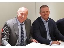 Bjørn J Villa, IT-sjef Trondheim kommune (t.h.), og Kjell Rusti, administrerende direktør i Sopra Steria Skandinavia, signerte ny driftsavtale i Trondheim 5. juli.
