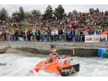 Das 9. Pappbootrennen am Markkleeberger See bietet Spaß und Spannung für die wagemutigen Teilnehmer und die faszinierten Zuschauer