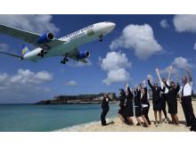 Maho Beach er et af verdens mest populære steder for flyspottere. Her er det et crew fra Thomas Cook Airlines, der byder deres fly velkommen til Saint Martin på premiereflyvningen fra Arlanda.