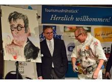 """Prof. Ulf Schirmer, Gewinner in der Kategorie """"Persönlichkeiten"""", wird von Künstler Jo Herz verewigt"""