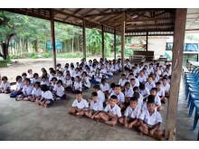 Eleverne fra Nivå Skole skal med deres undervisningsmaterialer være med til, at børnene på Baan Yaplong School får så gode kundskaber i engelsk, at de kan få et fremtidsjob i den thailandske turistindustri.