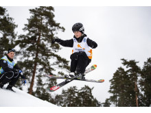 Alla på snö - ledare, kille hoppar på skidor