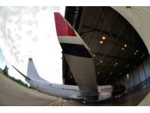 Norwegians LN-NGB på vej i hangar
