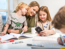 Mor med barn og mobiltelefon