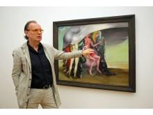 """Dr. Alfred Weidinger vor Arno Rinks Gemälde """"Die Unabhängigen"""" im Museum der bildenden Künste"""