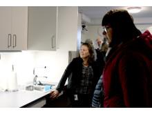 Catharina Gillsjö visar det tillgänglighetsanpassade köket.