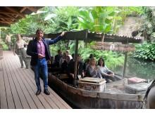 """Der Schauspieler Thorsten Wolf alias Chef-Tierpfleger """"Conny Weidner"""" führt an Drehorte der ARD-Serie - Foto: Isabell Gradinger"""