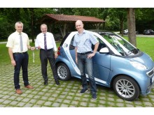Bürgermeister Hermann Hammerl (Mitte) und der Geschäftsleiter Klaus Burgstaller (rechts) bekamen von Stephan Leibl vom Bayernwerk die Schlüssel für den E-Smart.