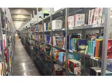 Porvoon kirjakeskuksen hyllyt ovat jo täynnä kirjoja, jotka ovat valmiina asiakkaille lähetettäviksi.