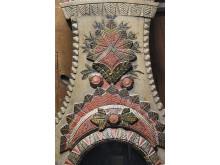 Skuren och applicerad dekor i furu på golvursfoder