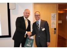 Olje- og energiminister Tord Lien fikk overlevert Enovas resultatrapport fra Nils Kristian Nakstad fredag.