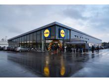 Blå Kors kan fremover hente overskudsfødevarer fra 25 Lidl-butikker fordelt  rundt i hele Danmark. En af dem er butikken i Aabenraa, som kan ses på billedet.