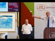 Jesper Bruun Rasmussen svinger auktionshammeren over David Hockneys værk.jpg