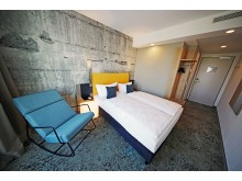 Das Superior-Zimmer mit stylischer Betontapete