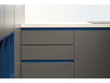 Farbmix Grau und Blau mit Küchenfronten von Villeroy & Boch.