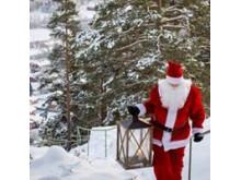 Vår egen Järvsötomte hälsar på ute i stugorna på julafton.