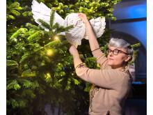 Bea Szenfeld dekorerar Nordiska museets julgran