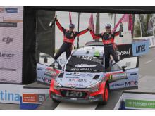 WRC-seier til Hayden Paddon og kartleser John Kennard i den nye i20 WRC