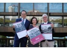 Volker Bremer und Marit Schulz (LTM GmbH) präsentieren gemeinsam mit Dr. Volker Rodekamp (Stadtgeschichtliches Museum Leipzig) vor dem Gewandhaus den Historischen Kalender 2018