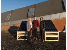 Teknisk museum mener det er midt i blinken å bidra til forsøk som kan gi innovasjon innen bærekraftig energiproduksjon. Direktør Frode Meinich, student Jørgen P. Aubell og leder av utstillingsavdelingen, Frode Weium foran test-systemet.