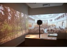 """Blick in den Ehe-Experimentierraum, in dem """"Visualisierte Features"""" zu drei Themenwelten zu sehen sind"""