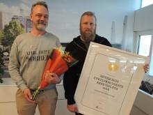 Ulrik Fallström och Stefan Carlsson från miljöförvaltningen med priset för Göteborgs cykelvänligaste arbetsplats