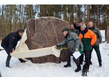 Die Enthüllung des 10,2 Tonnen schweren Porphyr-Gedenksteins  zum Waldgebiet des Jahres 2018 im Wermsdorfer Wald