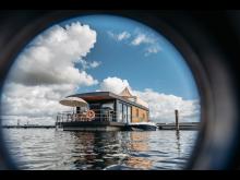 T6_Schwimmendes Ferienhaus c) FHG floating house GmbH (1)