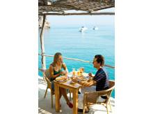 På restaurant Ca's Patro March i Cala Deià på nordkysten af Mallorca er der gode muligheder for at få bord ved siden af den 70-årige Michael Douglas og hustruen Catherine Zeta-Jones, der bor i Valldemossa på vestkysten af Mallorca.