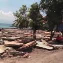 Förödelse efter tsunamin som drog in över ön Sulawesi, Indonesien