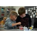 Kemins Dag 2021: 110 000 barn och unga tillverkar färg och lär sig mer om koldioxidinfångning